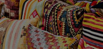 geleneksel motifli yastıklar